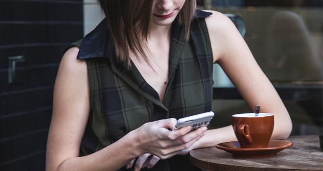女性からクリスマスデートに誘う方法【一つ目】メール・LINE・電話を交換